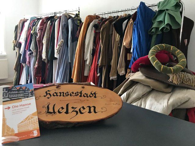 Kleiderausgabe im Hansebüro (c) Janin Thies