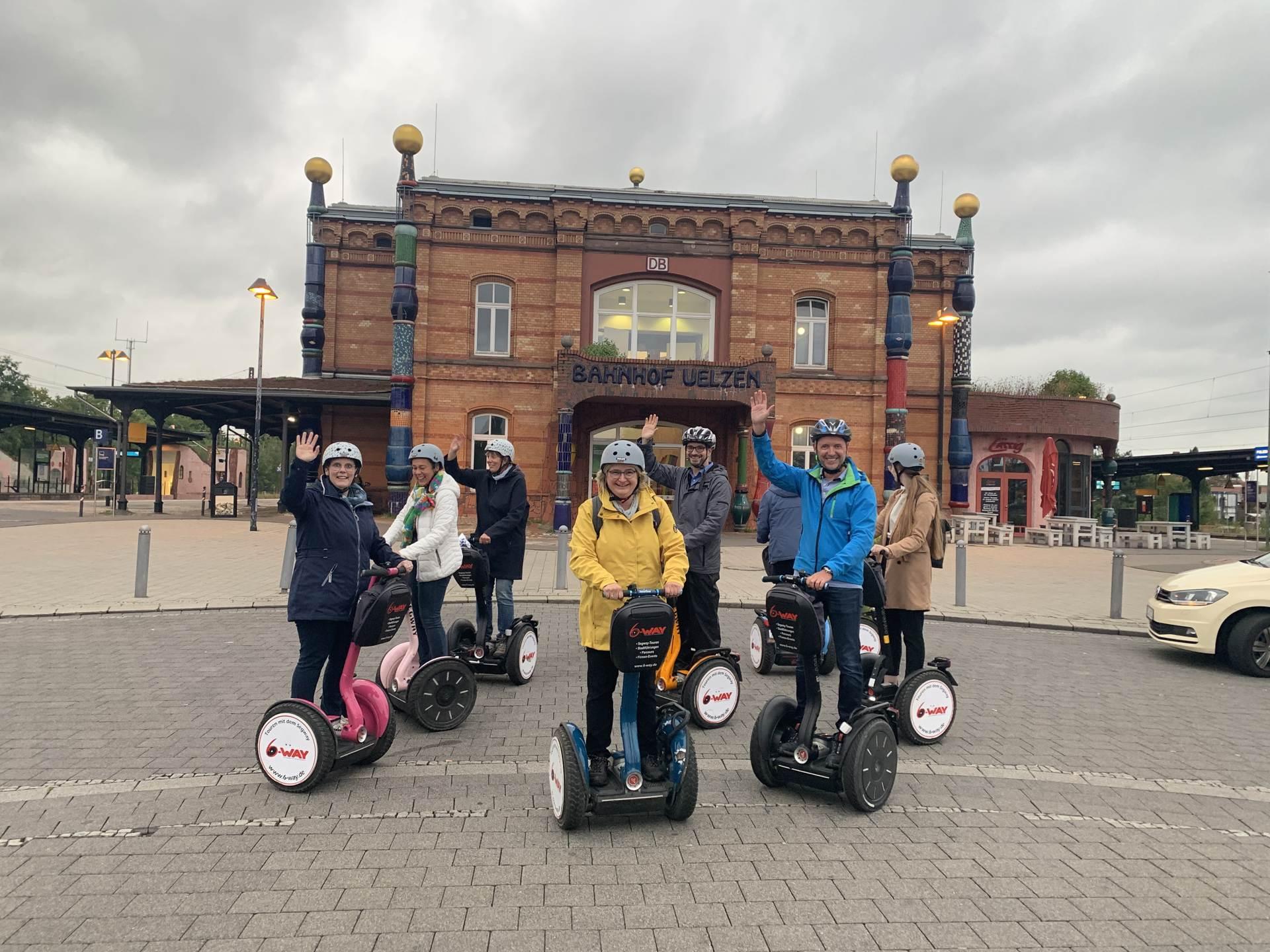 Segway in Uelzen vor dem Hundertwasser Bahnhof
