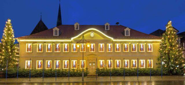 Jeweils ein Engel und ein Trompeter werden auch in der Vorweihnachtszeit 2020 täglich eine weihnachtliche Stimmung für Menschen in der Hansestadt verbreiten (c) HUE