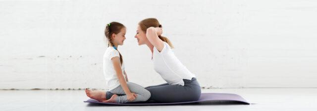 Mutter und Tochter beim Yoga (c) AdobeStock