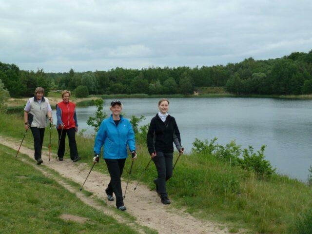 Nordic-Walking-Gruppe am Ufer des Oldenstädter Sees © HeideRegion Uelzen