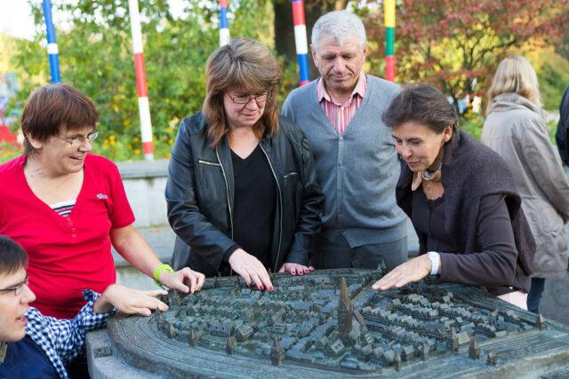 Führungen starten am Stadtmodell (c) O. Huchthausen