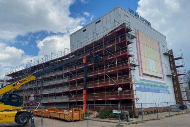 Aktuell wird die Fassadenverkleidung des theatergebäudes abgebrochen (c) Hansestadt Uelzen