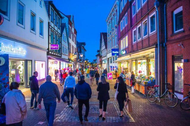 Beleuchtete-Innenstadt-Uelzen-Late-Light-Shopping